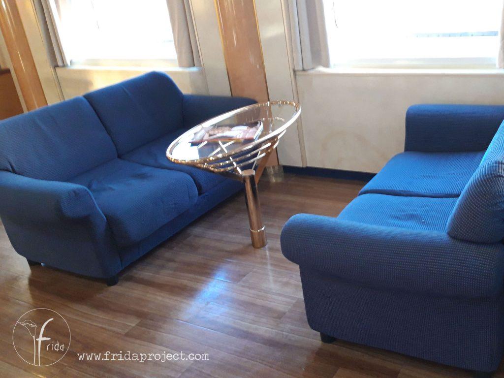 I divanetti nella zona bar del traghetto